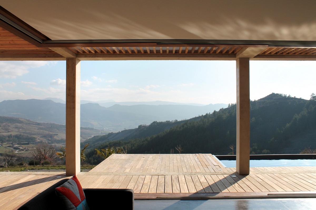 Maison de vacances béton et ossature bois : Vue depuis le salon
